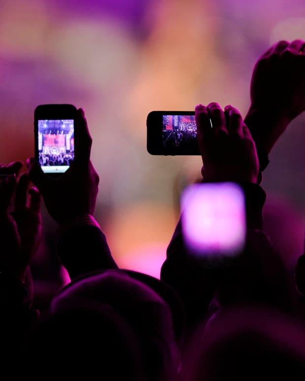 635836500390543270-1351145514_phones-concert.jpg