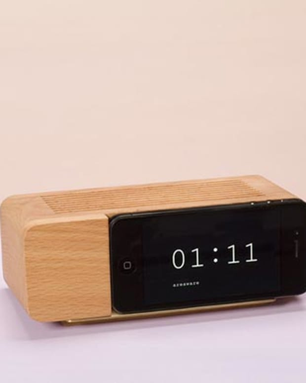 Xmas Want: Retro Alarm Clock Iphone Dock