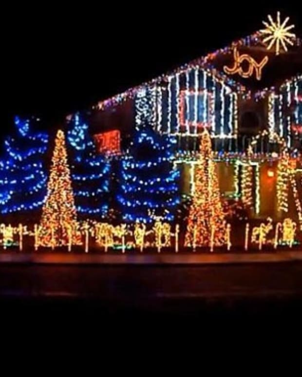 "Watch: Cadger Dubstep Christmas Lights House 2012 ""Bangarang"" and ""Cinema Mix"" by Skrillex"