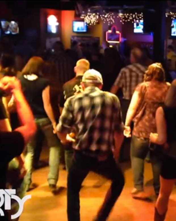"Watch Iowa Country Folk Line Dance To Martin Garrix's ""Animals"" - EDM Culture"