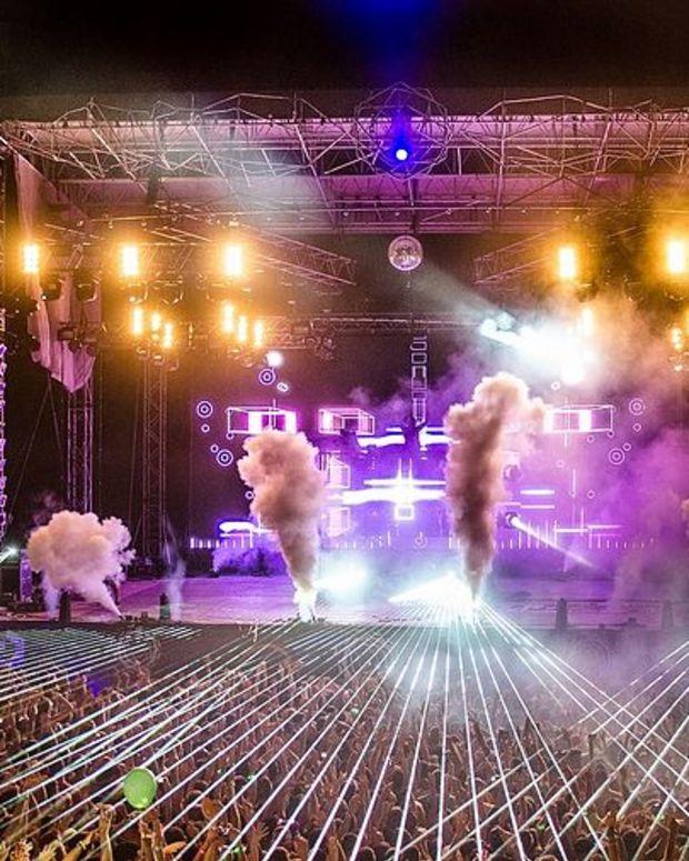 Crowd_at_David_Guetta,_Dance_Arena,_Exit_2013.jpg