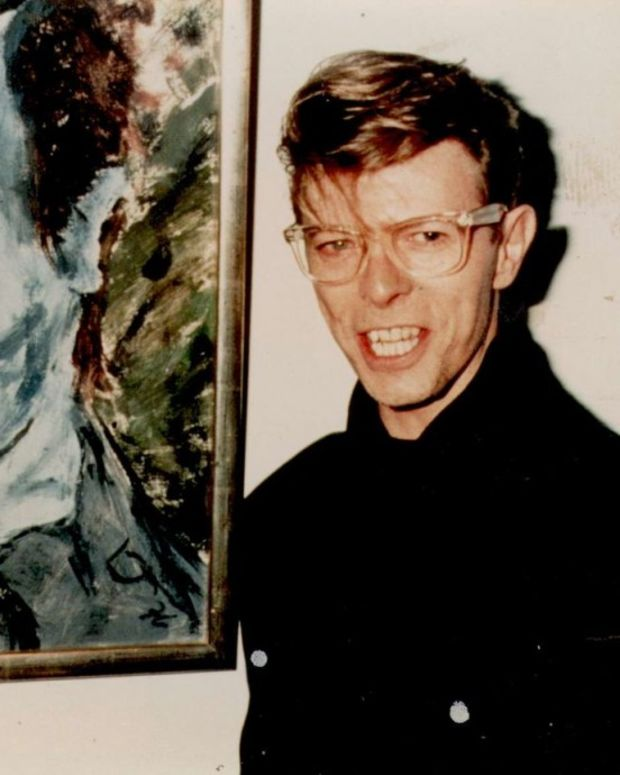 david-bowie-with-his-1976-painting-of-iggy-pop-portrait-of-j-o-1-1024x691.jpg
