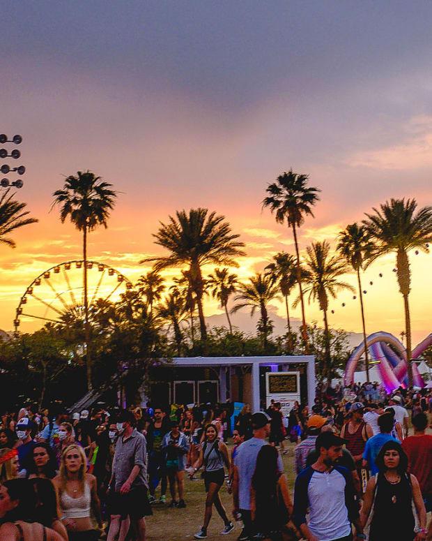 Coachella_2014_sunset_with_balloon_chain_and_Lightweaver.jpg