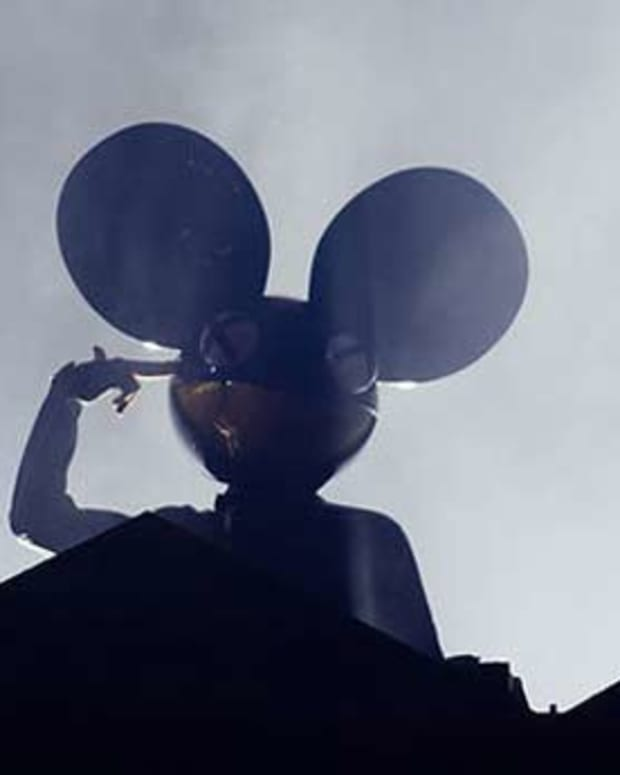 """deadmau5 Plays """"Levels"""" & """"Animals"""" At Ultra, Then Spats With Tiesto On Twitter"""