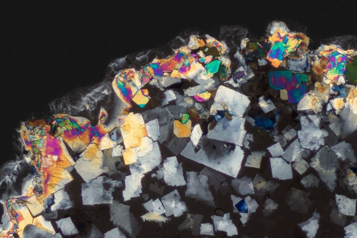 Diclofenac crystals after waiting for 72 hours, made visible by using a cross polarised light microscope.
