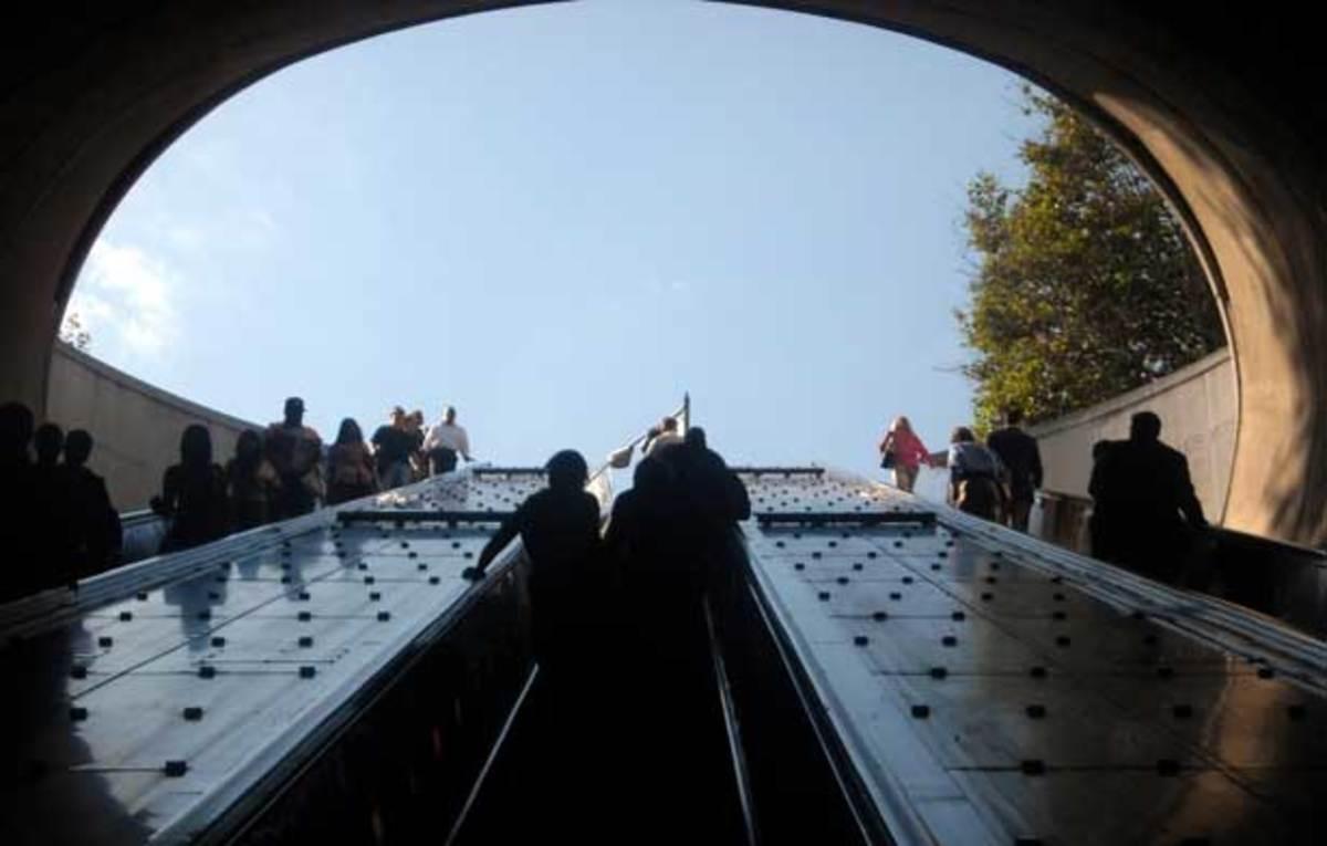 Dupont_Circle_-_Metro_station_escalators