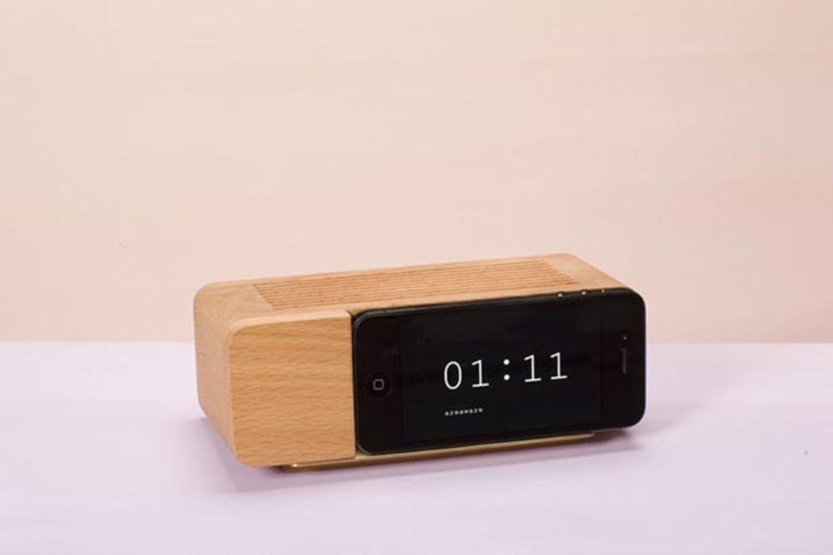 Xmas Want: Retro Alarm Clock Iphone Dock