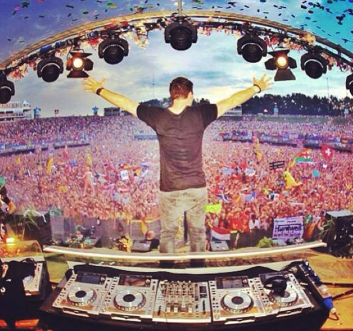 EDM News: Hardwell Shares His Tomorrowland Set On His YouTube Channel To EDM Culture Fans Worldwide