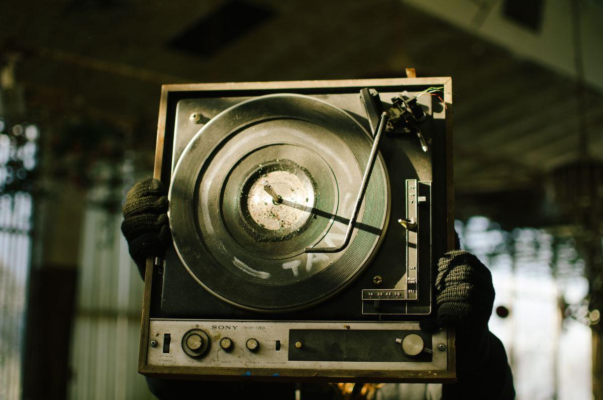 Broken Vinyl player Tech House Chart