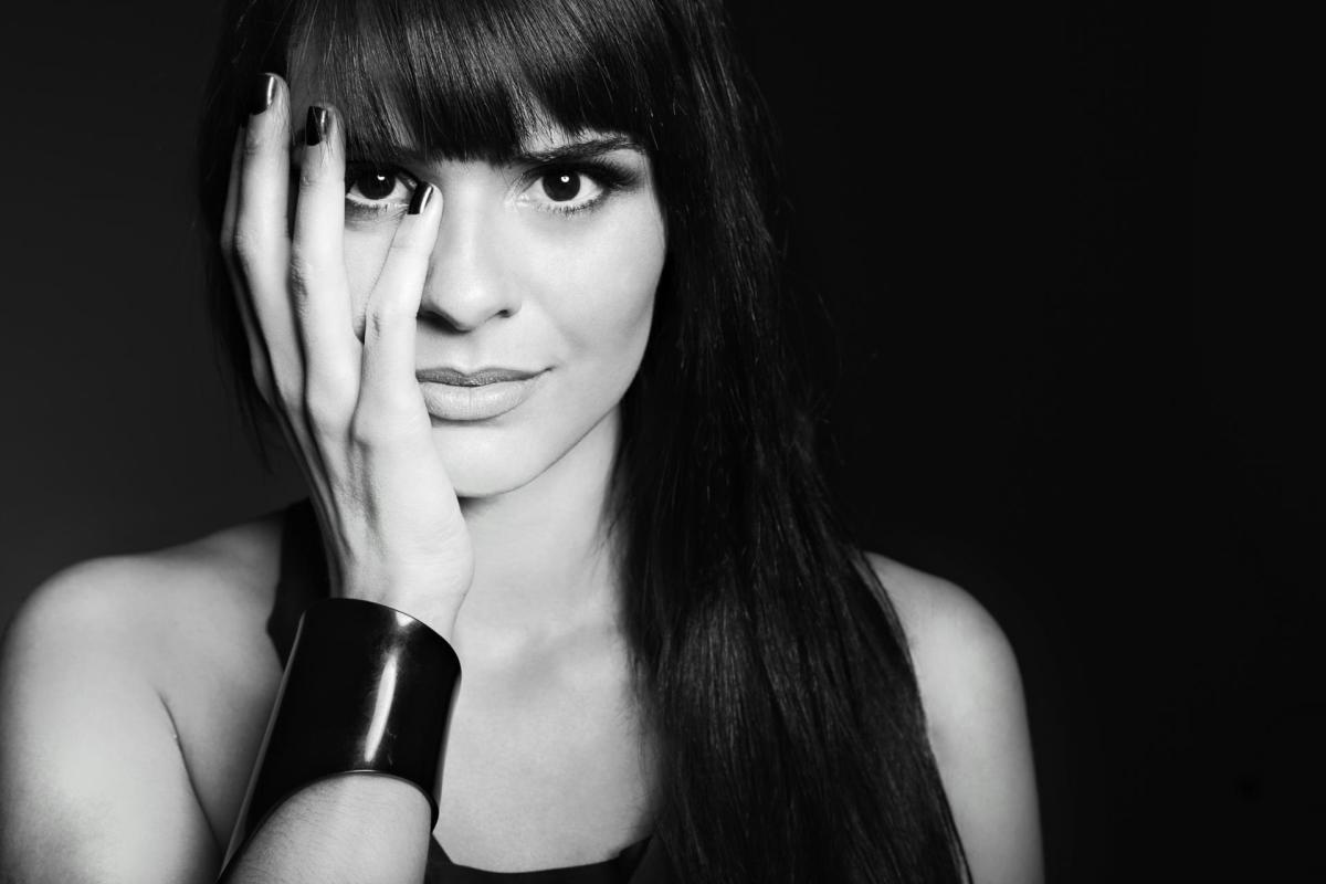 anna dj black and white