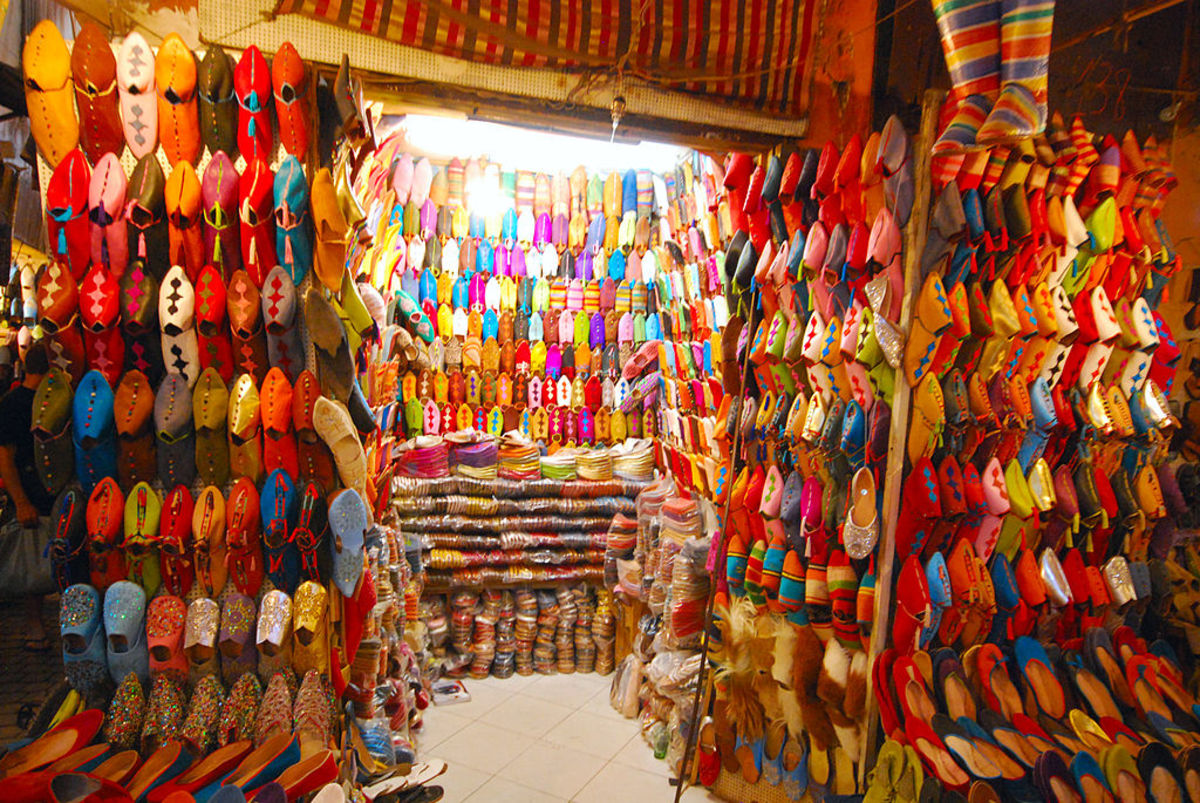 1024px-Colourful_shoes_in_Marrakech