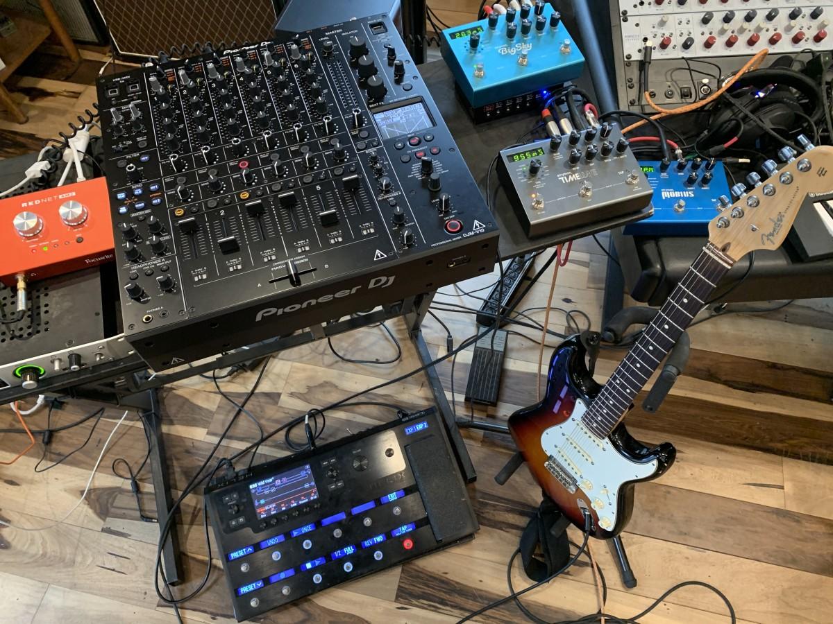 Fender Stratocaster > Line 6 Helix Floor > Strymon Big Sky Reverb Pioneer DJM-V10